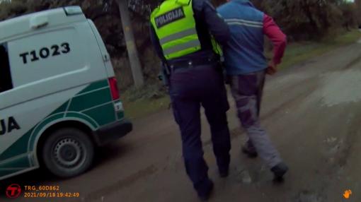 Neblaivaus vairuotojo prisistatymas policijos pareigūnu papiktino jį sulaikiusį pareigūną