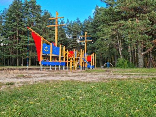 Prie Rokiškio ežero – naujai įrengta vaikų žaidimų aikštelė