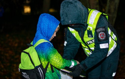 Artėjant Atšvaitų dienai Klaipėdos pareigūnai išdalijo apie 200 atšvaitų