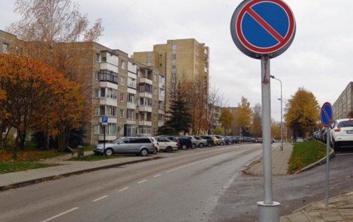 Dešinėje Topolių gatvės pusėje parkuoti automobilių nebegalima