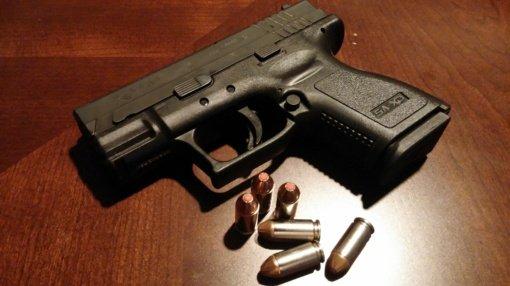 Į areštinę uždarytas moteriai pistoletu grasinęs 90-metis