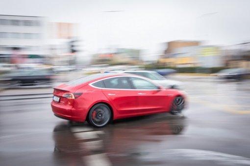 """Panevėžio gatvėse pastebėtas naujasis policijos """"Tesla"""" automobilis"""