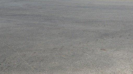 Dėl asfalto dangoje atsiradusios pavojingos provėžos