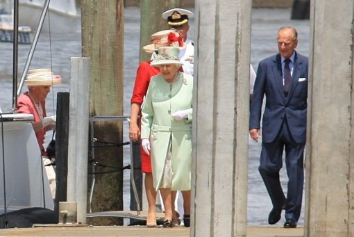 Karalienė Elizabeth II grįžo prie savo pareigų po apsilankymo ligoninėje