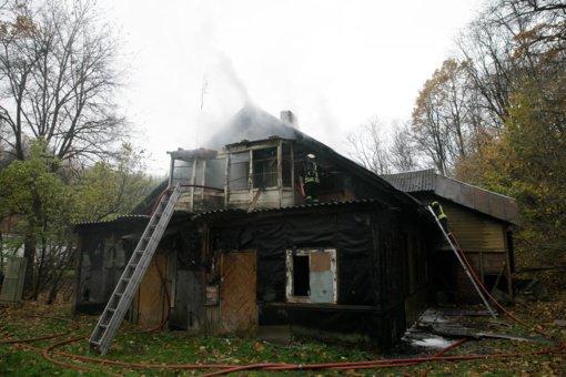 Kaune degė apleistas namas