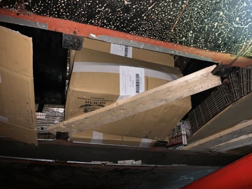 Puspriekabės dugne muitininkai aptiko slėptuvę su kontrabanda
