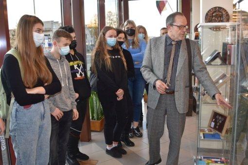 Varėnos viešojoje bibliotekoje atidaryta Konstitucijų paroda