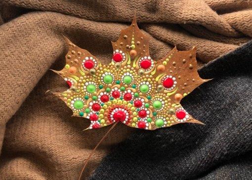 Tautodailininkė rudeninius lapus puošia mandalų raštais
