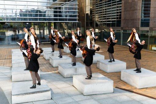 Naujame ansamblio performanse – intriguojantis jaunų kūrėjų žvilgsnis į liaudies žanrą
