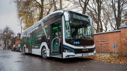 Viešajame transporte – naujas svečias: į Kauno gatves išriedėjo elektrobusas