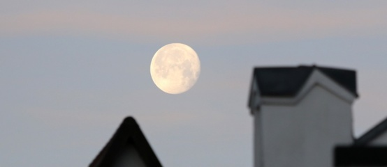Antradienio rytą Marijampolė pasitiko su įspūdingo grožio Mėnuliu