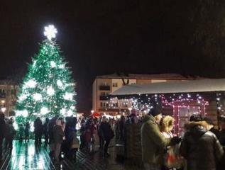 Eglutės įžiebimo šventė Vilkaviškyje: ledą tirpdė dainos, šokiai ir šviesų žaismas