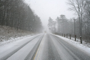 Naktį numatomi krituliai, eismo sąlygas sunkins plikledis