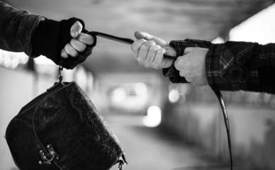 Šiauliuose nuo plėšiko gindamasi moteris susižalojo ranką