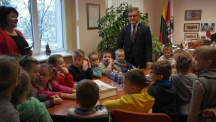 """Savivaldybėje lankėsi vaikų lopšelio-darželio """"Drugelis"""" auklėtiniai"""