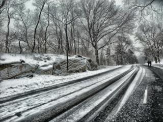 Keliuose yra slidžių ruožų, dieną temperatūra gali kilti virš nulio