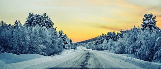 Mažesnio eismo intensyvumo keliuose gali būti slidžių ruožų, įspėja kelininkai