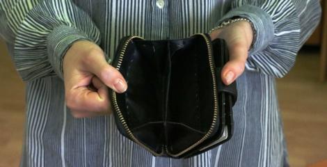 Radviliškio rajone savivaldybės darbuotoja prisistačiusi moteris pavogė knygą su pinigais