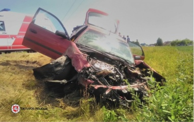 Savaitgalis šalies keliuose: garbaus amžius moters žūtis, neblaivi nepilnametė automobilio vairuotoja, neturintys teisės vairuoti asmenys