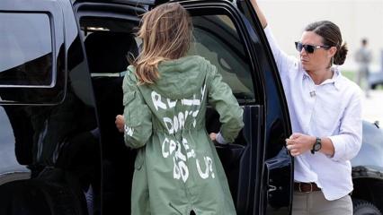 """Melania Trump susitikti su migrantais vyko vilkėdama striukę su užrašu """"Man tikrai nerūpi"""""""