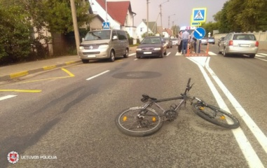 Penktadienį kelyje žuvo moteris, savaitgalio eismo įvykiuose sužeisti 39 žmonės