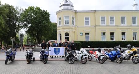 """Druskininkus atstovausiantiems """"Ryterna modul Mototourism rally"""" dalyviams įteiktos vėliavos"""