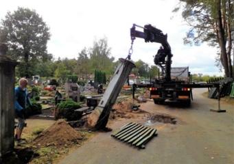 Senosiose Jurbarko miesto kapinėse prasidėjo tvoros tvarkybos darbai