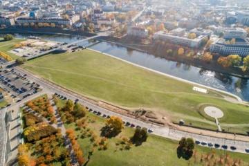 Atsinaujina Neries krantinės viršutinė terasa: nauji apšviesti takai ir sporto aikštynai