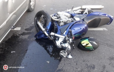 Vilniuje automobilis kliudė ir sužalojo motociklu važiavusį vaikiną