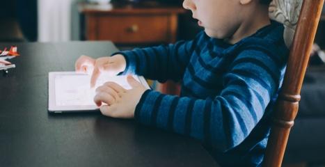 Gydytoja pasakė, kada vaikai gali pradėti naudotis išmaniaisiais prietaisais ir žiūrėti televizorių