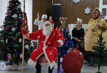 Kalėdų senelis aplankė Avižonių krašto bendruomenės namuose susirinkusius vaikučius