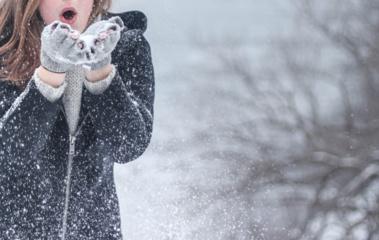 Sniego mįslė, į kurią atsakymą geriau žinoti: kada jis lengvas kaip plunksna, o kada – sunkus kaip plyta?