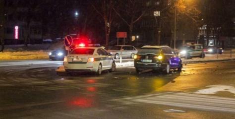 """Alytuje susidūrė """"folksvagenai"""", vienas – į įvykį skubėjęs policijos automobilis"""