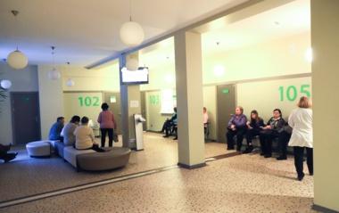 Į poliklinikas plūstelėjus pacientams, moksleivių tėvai nerimauja dėl privalomų sveikatos pažymėjimų