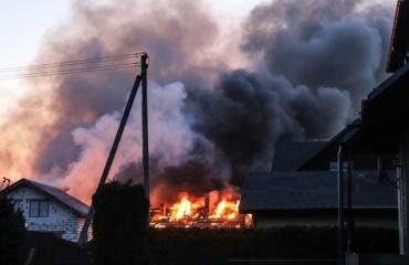 Kaišiadoryse užsidegus ūkiniam pastatui kilo pavojus ir gyvenamajam namui