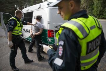 Sulaikytas Viešosios tvarkos pareigūnas – automobiliu vežė didelį kiekį alkoholio