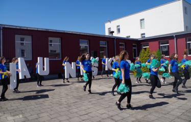 Gimnazijos kiemelį užtvindė šokėjai, bet šoko ne visi