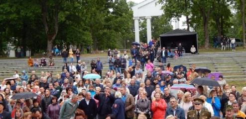 Jurbarkas atšventė Valstybės dieną – nuo patriotiškų asmenukių iki džiazo, bardų ir tautinės giesmės