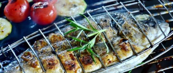 Vasaros piknikas įmanomas ir be šašlykų: maisto ekspertas atskleidžia geriausius žuvies receptus