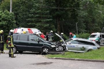 Skubantis girtas vairuotojas rėžėsi į automobilį