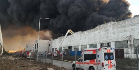 Su gaisru Alytuje kovojama jau 12 valandų: žmonės raginimai nenaudoti šulinių vandens, dūmai slenka Prienų ir Birštono link