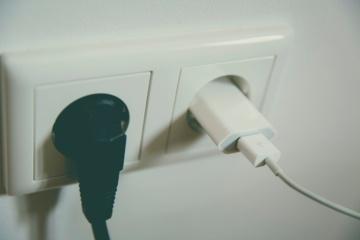 Rozetėse palikti elektros prietaisai namus gali paversti pelenais