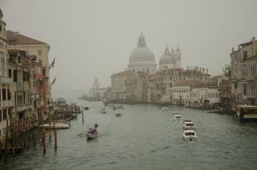 Venecijiečiai po istorinio potvynio piktinasi valdžia