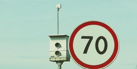 Atsargiai, slidu: nuo kelio jau nuvažiavo lengvieji automobiliai ir vilkikas