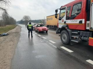 Kraupus eismo įvykis Radviliškio rajone: automobilis mirtinai partrenkė vyrą