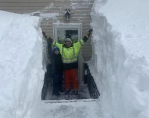 Iškritus itin gausiam sniegui kanadiečiams teko išsikasti iš savo namų (vaizdo įrašas)