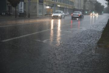 Didžiojoje šalies dalyje kelių dangos drėgnos arba šlapios, Šiaurės ir Šiaurės rytų Lietuvoje lyja