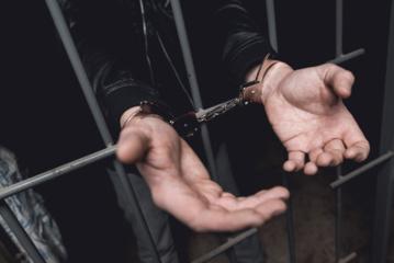 Į areštinę uždarytas smurtu prieš moterį įtariamas neblaivus Panevėžio policininkas