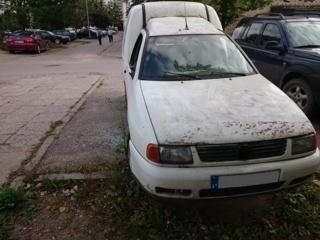 Siūloma privalomai konfiskuoti kiemuose laikomus neeksploatuojamus automobilius