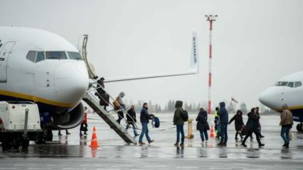 Vilniuje nusileidusiame lėktuve neblaivus keleivis smurtavo prieš stiuardesę, jį sutramdyti prireikė 7 vyrų